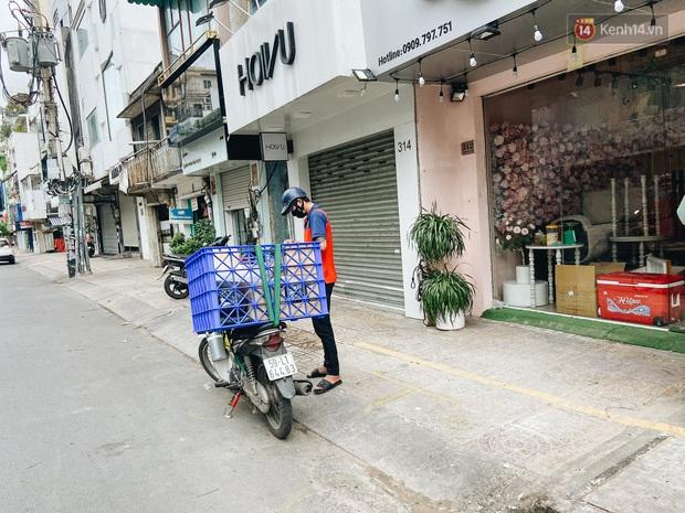 Ngày đầu cách ly ở Sài Gòn, ra đường chỉ thấy shipper: Vẫn miệt mài giao hàng đến những khu phong tỏa cho người dân - Ảnh 15.