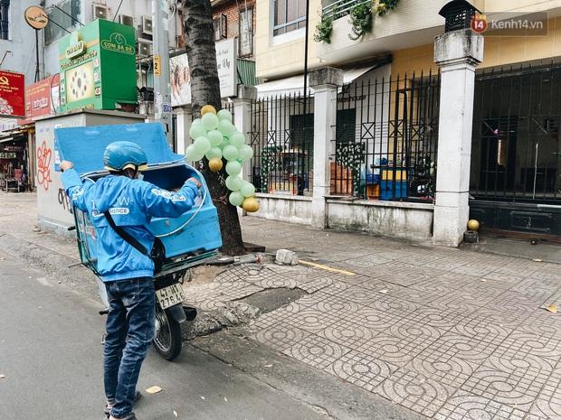 Ngày đầu cách ly ở Sài Gòn, ra đường chỉ thấy shipper: Vẫn miệt mài giao hàng đến những khu phong tỏa cho người dân - Ảnh 10.