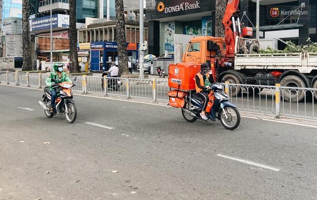Ngày đầu cách ly ở Sài Gòn, ra đường chỉ thấy shipper: Vẫn miệt mài giao hàng đến những khu phong tỏa cho người dân - Ảnh 7.