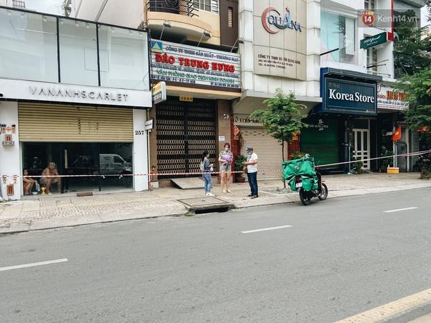 Ngày đầu cách ly ở Sài Gòn, ra đường chỉ thấy shipper: Vẫn miệt mài giao hàng đến những khu phong tỏa cho người dân - Ảnh 1.