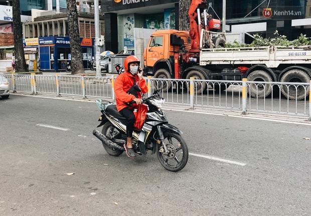 Ngày đầu cách ly ở Sài Gòn, ra đường chỉ thấy shipper: Vẫn miệt mài giao hàng đến những khu phong tỏa cho người dân - Ảnh 6.