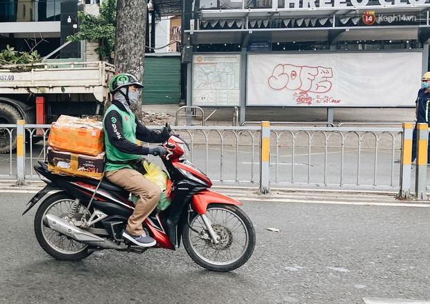 Ngày đầu cách ly ở Sài Gòn, ra đường chỉ thấy shipper: Vẫn miệt mài giao hàng đến những khu phong tỏa cho người dân - Ảnh 3.