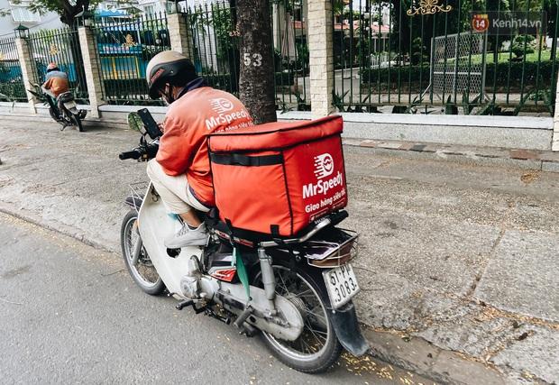 Ngày đầu cách ly ở Sài Gòn, ra đường chỉ thấy shipper: Vẫn miệt mài giao hàng đến những khu phong tỏa cho người dân - Ảnh 8.