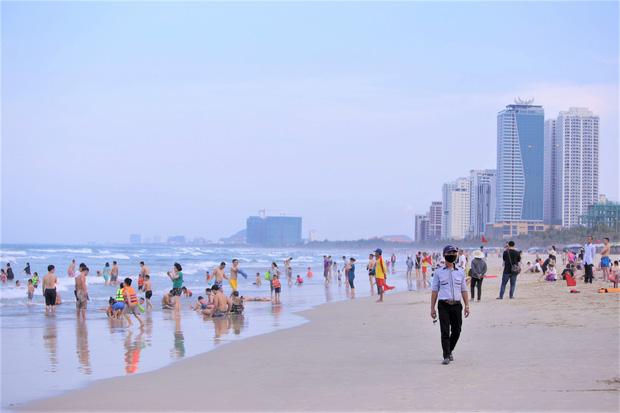 Đà Nẵng cho người dân tắm biển và vui chơi thể thao ngoài trời trở lại - Ảnh 1.