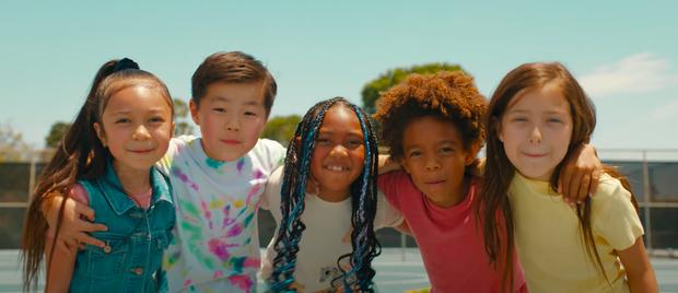 BTS: Nạn nhân của phân biệt chủng tộc tự nói lên thông điệp bình đẳng, tôn vinh tượng đài âm nhạc cùng tình yêu đồng tính - Ảnh 14.
