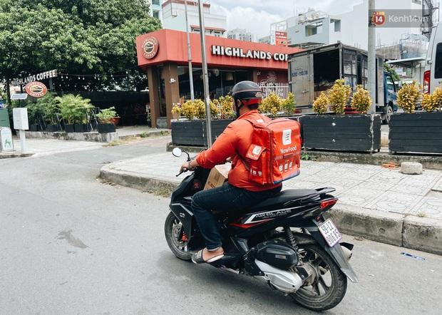 Ngày đầu cách ly ở Sài Gòn, ra đường chỉ thấy shipper: Vẫn miệt mài giao hàng đến những khu phong tỏa cho người dân - Ảnh 11.