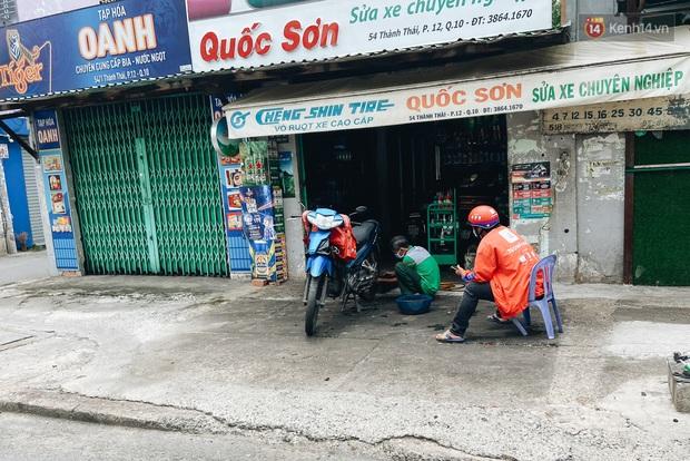 Ngày đầu cách ly ở Sài Gòn, ra đường chỉ thấy shipper: Vẫn miệt mài giao hàng đến những khu phong tỏa cho người dân - Ảnh 9.