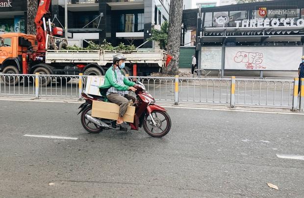 Ngày đầu cách ly ở Sài Gòn, ra đường chỉ thấy shipper: Vẫn miệt mài giao hàng đến những khu phong tỏa cho người dân - Ảnh 12.
