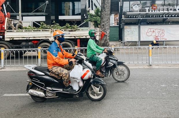Ngày đầu cách ly ở Sài Gòn, ra đường chỉ thấy shipper: Vẫn miệt mài giao hàng đến những khu phong tỏa cho người dân - Ảnh 4.