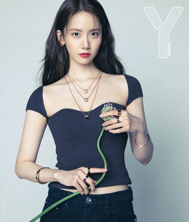 Yoona diện áo đơn giản mà sang quá nhưng tận 22 triệu, còn bạn chỉ cần bỏ 100k là sắm được chiếc gần giống rồi - Ảnh 1.