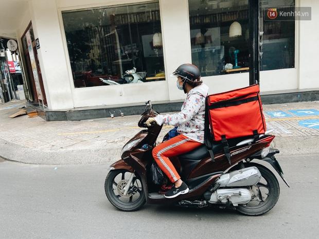 Ngày đầu cách ly ở Sài Gòn, ra đường chỉ thấy shipper: Vẫn miệt mài giao hàng đến những khu phong tỏa cho người dân - Ảnh 13.