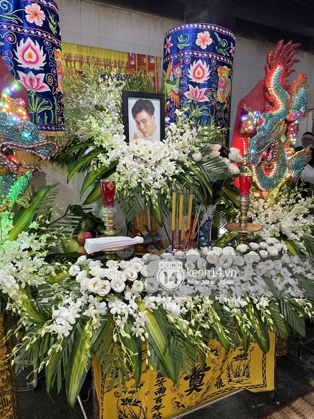 Lễ hoả táng cố diễn viên Đức Long: Kiều Minh Tuấn xót xa nói lời vĩnh biệt, Cap Thái Hà lặng người bên di ảnh bạn thân - Ảnh 4.