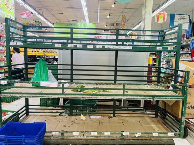 Trái ngược với cảnh trống trơn, các kệ siêu thị lại đầy ăm ắp rau củ, cá tôm trong ngày đầu TP.HCM giãn cách xã hội - Ảnh 2.