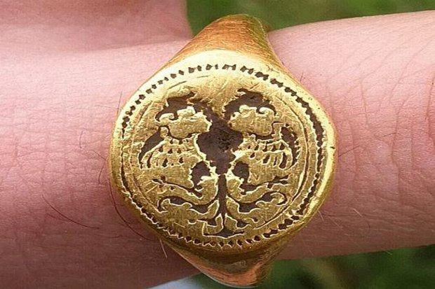 Một anh chàng đào được chiếc nhẫn vàng niên đại 400 năm rất quý giá: Tuyệt nhiên không bảo tàng nào dám trưng bày - Vì sao? - Ảnh 2.