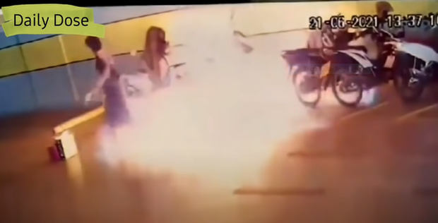 Hận người yêu cũ, cô gái mang xăng ra đốt xe chàng, vừa châm lửa đã hốt hoảng tháo chạy vì tình huống không ngờ - Ảnh 3.