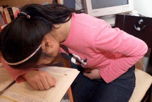 Bé gái 8 tuổi đau bụng và có vết màu đỏ dưới quần khiến thầy giáo hoảng hồn, nhưng cách xử lý được khen ngợi hết lời vì quá tinh tế - Ảnh 1.