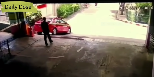 Hận người yêu cũ, cô gái mang xăng ra đốt xe chàng, vừa châm lửa đã hốt hoảng tháo chạy vì tình huống không ngờ - Ảnh 4.