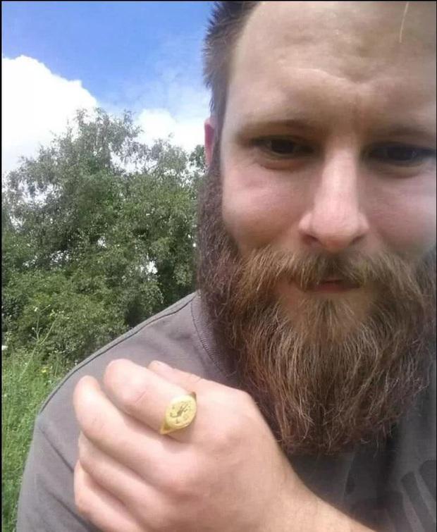 Một anh chàng đào được chiếc nhẫn vàng niên đại 400 năm rất quý giá: Tuyệt nhiên không bảo tàng nào dám trưng bày - Vì sao? - Ảnh 3.