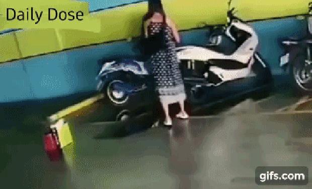 Hận người yêu cũ, cô gái mang xăng ra đốt xe chàng, vừa châm lửa đã hốt hoảng tháo chạy vì tình huống không ngờ - Ảnh 5.