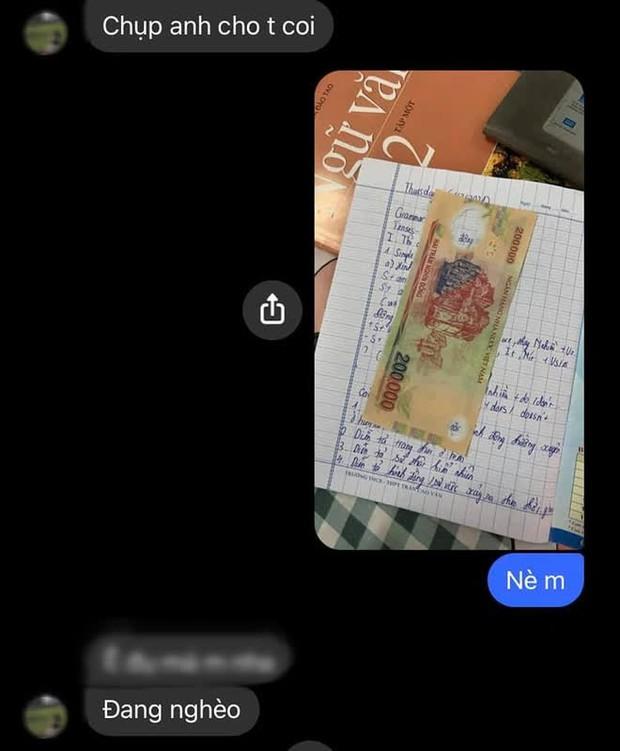 Nam sinh nhờ bạn chụp hộ bài tập, ai ngờ nhận về bức ảnh giận tím người - Ảnh 3.