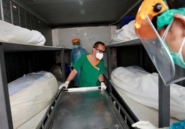 Quá tải vì COVID-19, bệnh viện Thái Lan phải mua container đựng thi thể - Ảnh 1.