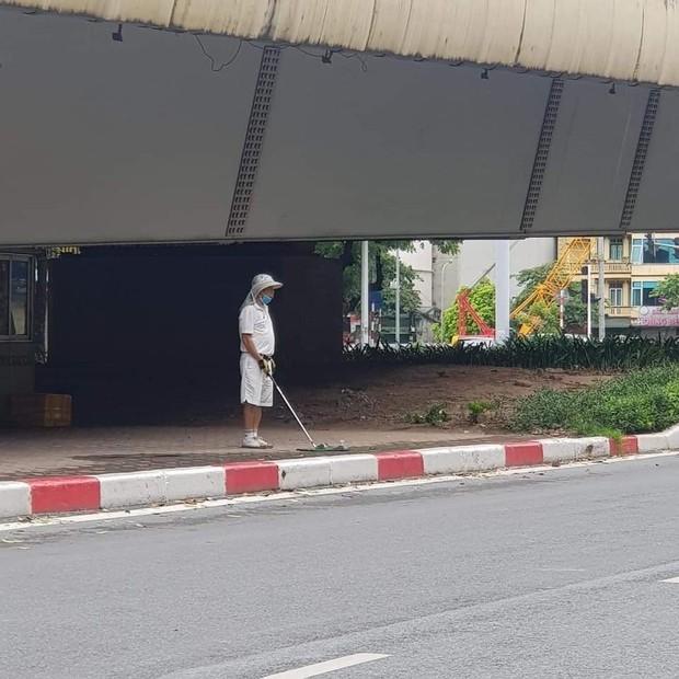 Hà Nội: Đánh golf dưới gầm cầu, người đàn ông bị phạt 1 triệu đồng - Ảnh 1.
