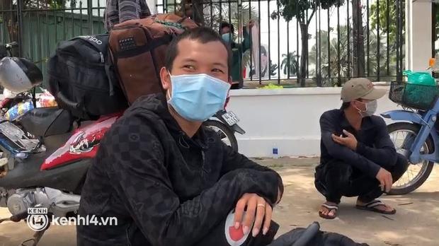 """Đi nhờ xe rau từ Thanh Hóa vào TP.HCM thăm vợ mang bầu, người đàn ông bị """"mắc kẹt"""" tại chốt kiểm soát dịch - Ảnh 1."""
