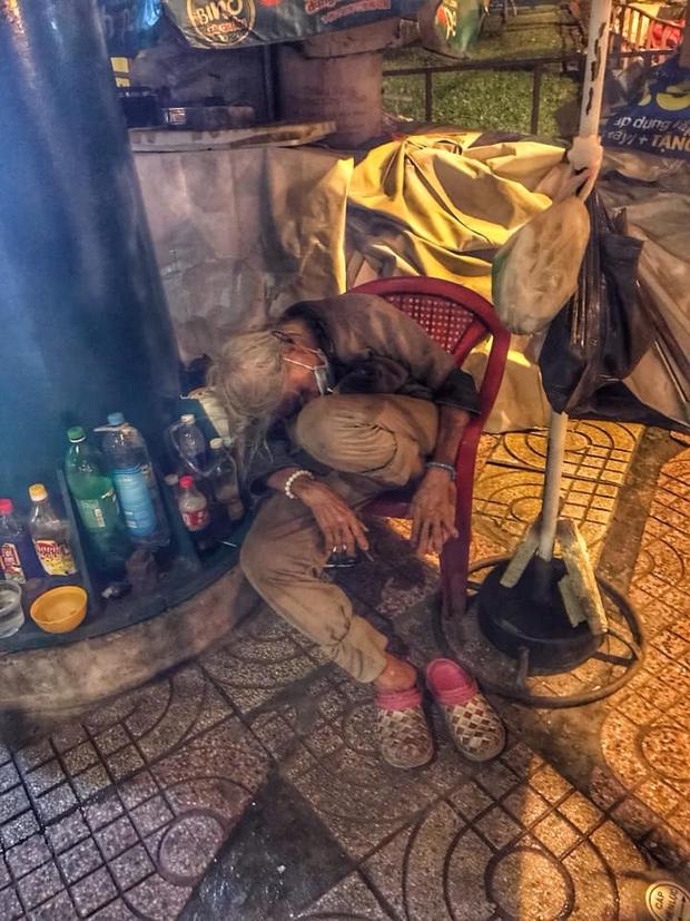 Bộ ảnh về người vô gia cư lay lắt trong đêm Sài Gòn giãn cách và những điều ấm áp nhỏ bé khiến ai cũng rưng rưng - Ảnh 10.