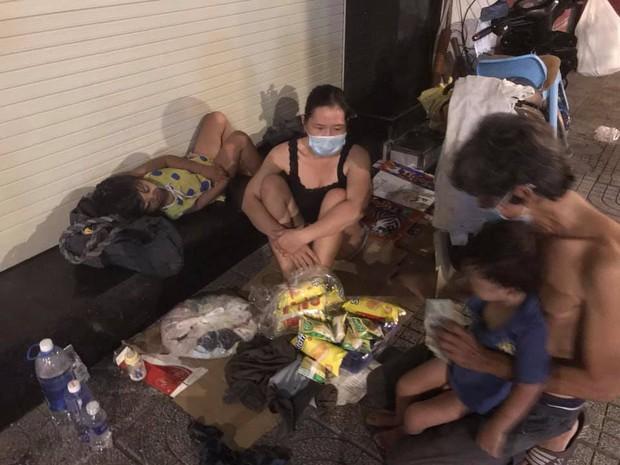 Bộ ảnh về người vô gia cư lay lắt trong đêm Sài Gòn giãn cách và những điều ấm áp nhỏ bé khiến ai cũng rưng rưng - Ảnh 8.