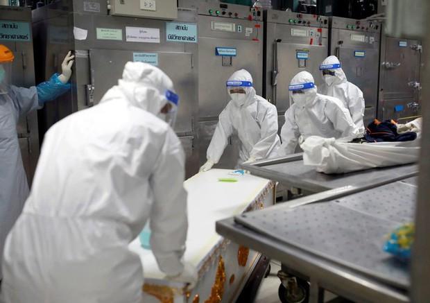 Quá tải vì COVID-19, bệnh viện Thái Lan phải mua container đựng thi thể - Ảnh 2.