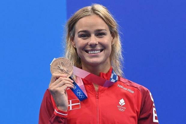 Khoảnh khắc tạo viral: Vừa giành huy chương Olympic, nữ kình ngư được đồng nghiệp điển trai tiến tới ôm hôn - Ảnh 2.