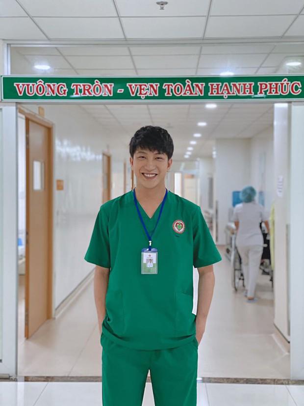 Một đường cắt tóc sai lầm của B Trần tuổi 30 làm bác sĩ Phong của Cây Tháo Nở Hoa bỗng hoá dân chơi xóm - Ảnh 5.