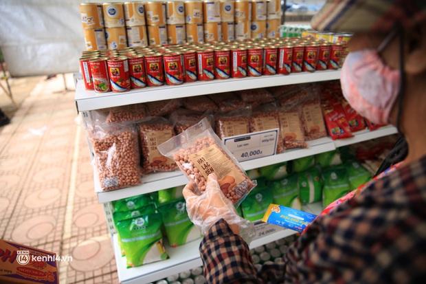 Ảnh: Người dân nghèo phấn khởi tới siêu thị 0 đồng đầu tiên tại Hà Nội - Ảnh 9.