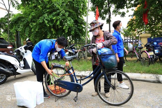 Ảnh: Người dân nghèo phấn khởi tới siêu thị 0 đồng đầu tiên tại Hà Nội - Ảnh 12.
