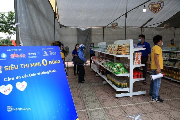 Ảnh: Người dân nghèo phấn khởi tới siêu thị 0 đồng đầu tiên tại Hà Nội - Ảnh 7.