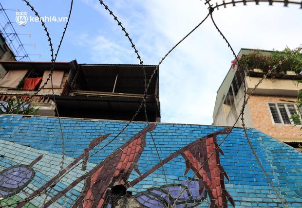 Ảnh: Hà Nội dựng hàng rào dây thép gai dọc đường Hồng Hà, phường Chương Dương - Ảnh 7.
