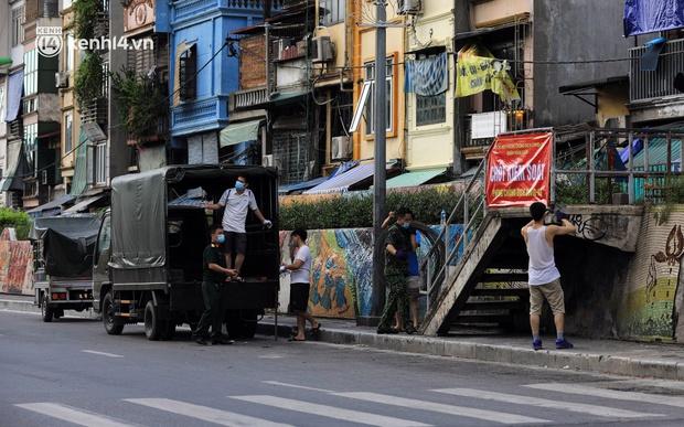 Ảnh: Hà Nội dựng hàng rào dây thép gai dọc đường Hồng Hà, phường Chương Dương - Ảnh 1.