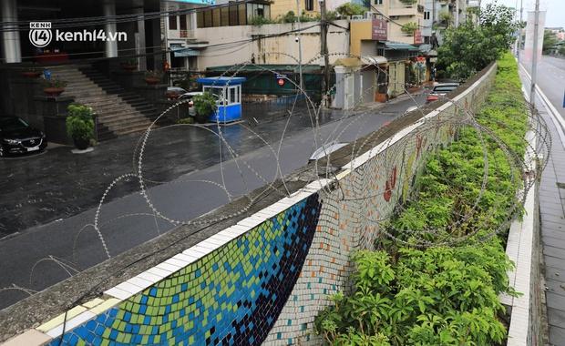 Ảnh: Hà Nội dựng hàng rào dây thép gai dọc đường Hồng Hà, phường Chương Dương - Ảnh 8.