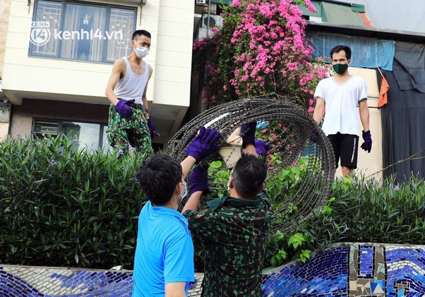 Ảnh: Hà Nội dựng hàng rào dây thép gai dọc đường Hồng Hà, phường Chương Dương - Ảnh 4.