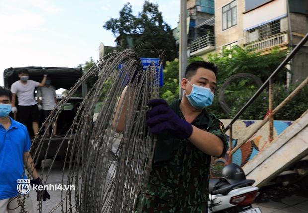 Ảnh: Hà Nội dựng hàng rào dây thép gai dọc đường Hồng Hà, phường Chương Dương - Ảnh 5.