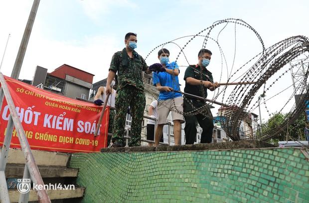 Ảnh: Hà Nội dựng hàng rào dây thép gai dọc đường Hồng Hà, phường Chương Dương - Ảnh 2.