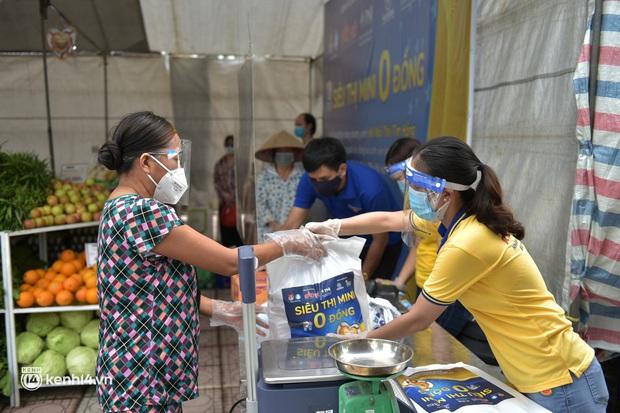 Ảnh: Người dân nghèo phấn khởi tới siêu thị 0 đồng đầu tiên tại Hà Nội - Ảnh 8.