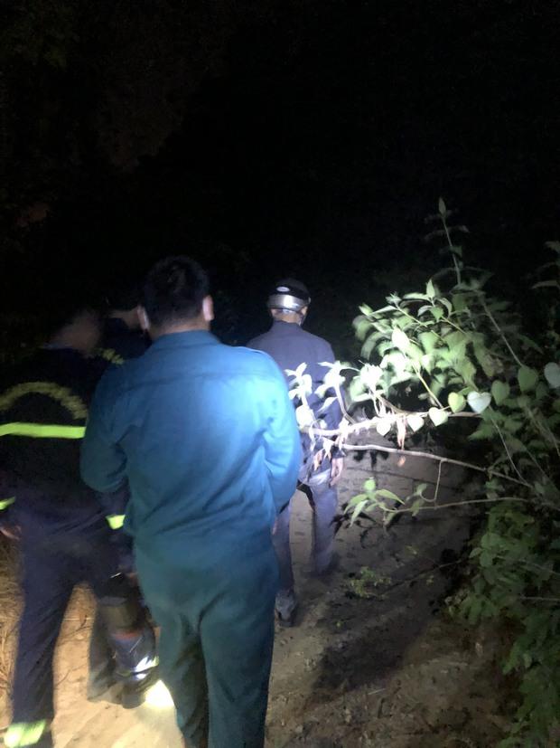 Giải cứu người đàn ông bị mắc kẹt trên vách núi giữa đám cháy rừng - Ảnh 1.