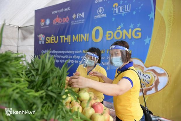 Ảnh: Người dân nghèo phấn khởi tới siêu thị 0 đồng đầu tiên tại Hà Nội - Ảnh 10.