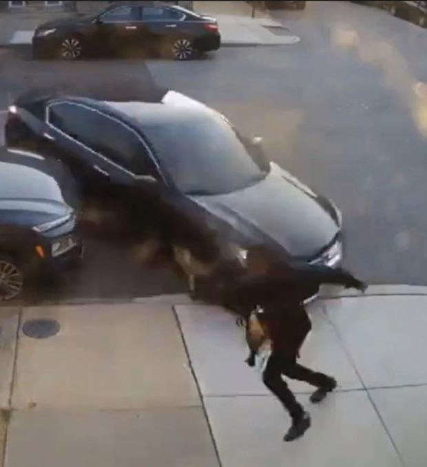 """Clip anh chàng cố chạy thoát khỏi """"chiếc ô tô điên"""" 3 lần liên tiếp khiến ai nấy đứng tim và sự thật gây sốc về người cầm lái - Ảnh 3."""