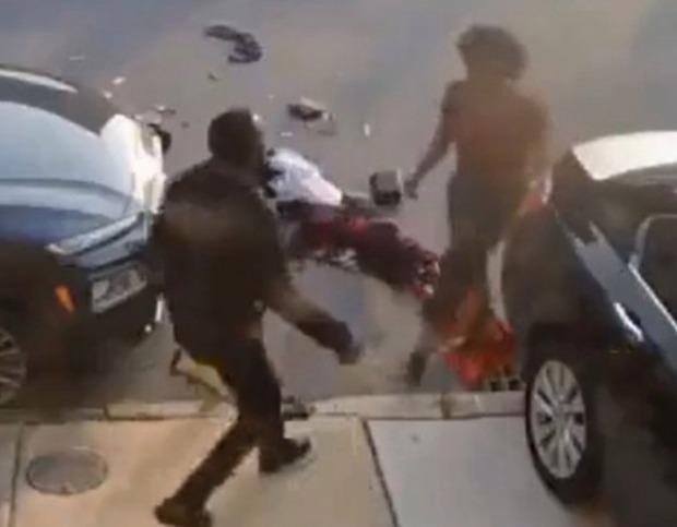 """Clip anh chàng cố chạy thoát khỏi """"chiếc ô tô điên"""" 3 lần liên tiếp khiến ai nấy đứng tim và sự thật gây sốc về người cầm lái - Ảnh 5."""