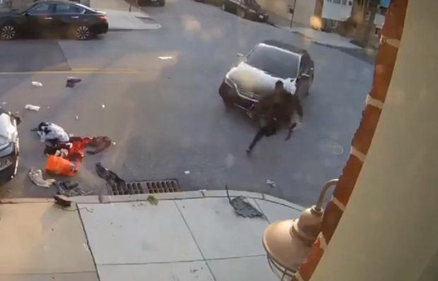 """Clip anh chàng cố chạy thoát khỏi """"chiếc ô tô điên"""" 3 lần liên tiếp khiến ai nấy đứng tim và sự thật gây sốc về người cầm lái - Ảnh 1."""