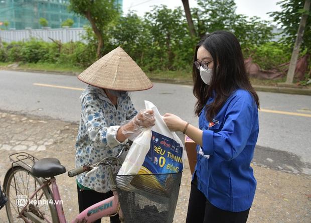 Ảnh: Người dân nghèo phấn khởi tới siêu thị 0 đồng đầu tiên tại Hà Nội - Ảnh 11.