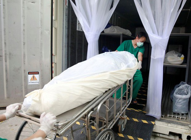 Quá tải vì COVID-19, bệnh viện Thái Lan phải mua container đựng thi thể - Ảnh 3.