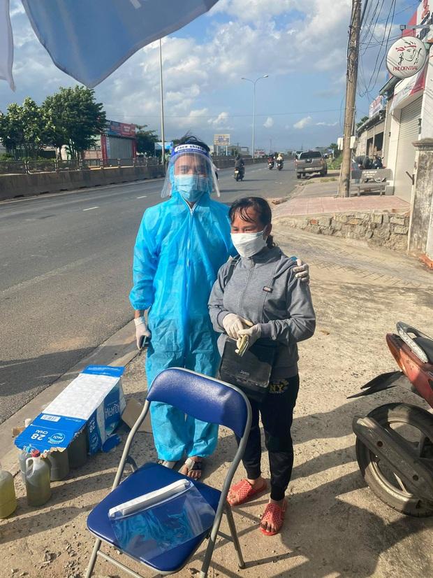 Danh tính người phụ nữ đi dép tổ ong, cầm xấp tiền hỗ trợ bà con chạy xe máy về quê tránh dịch - Ảnh 2.